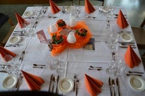 Der orangene Tisch